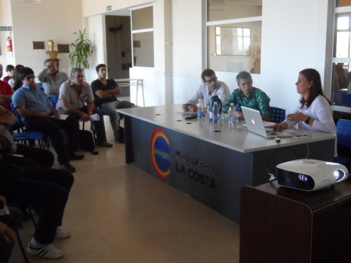 El encuentro tuvo lugar en el hall central del Palacio Municipal y contó con la presencia de los responsables de cada una de las áreas de gobierno a cargo de la línea de atención de reclamos.